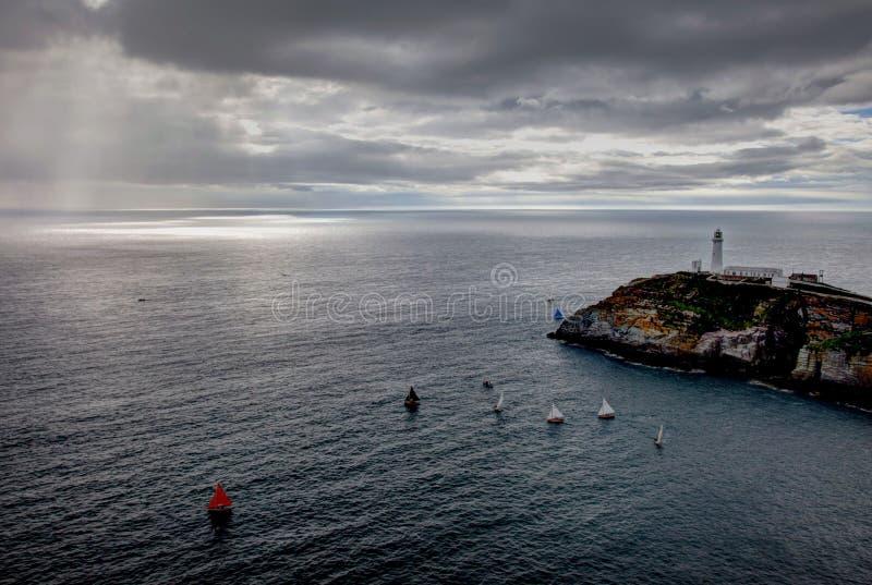 Barcos de vela alrededor del faro del sur de la pila fotografía de archivo
