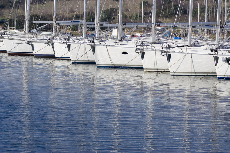 Barcos de vela atracados imagen de archivo