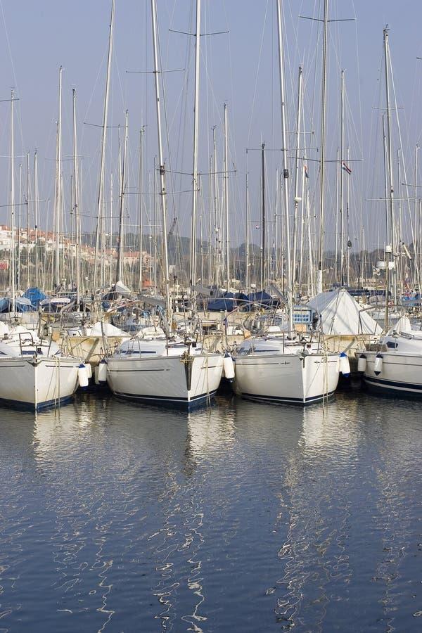Barcos de vela atracados fotos de archivo libres de regalías