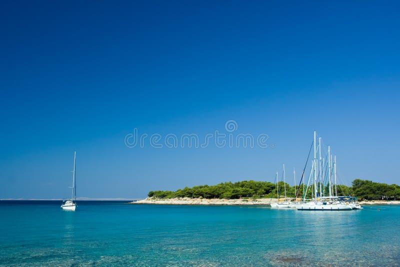 Barcos de vela atracados en la bahía hermosa, mar adriático, imágenes de archivo libres de regalías