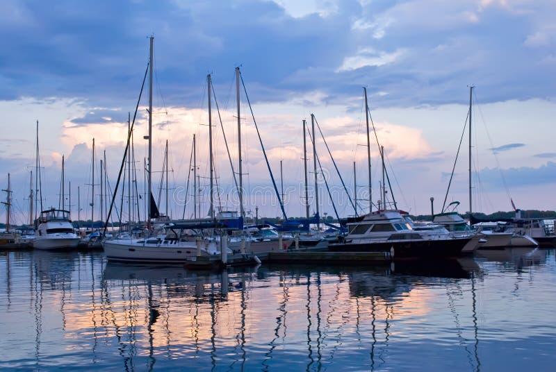 Barcos de vela atracados en la puesta del sol fotografía de archivo libre de regalías