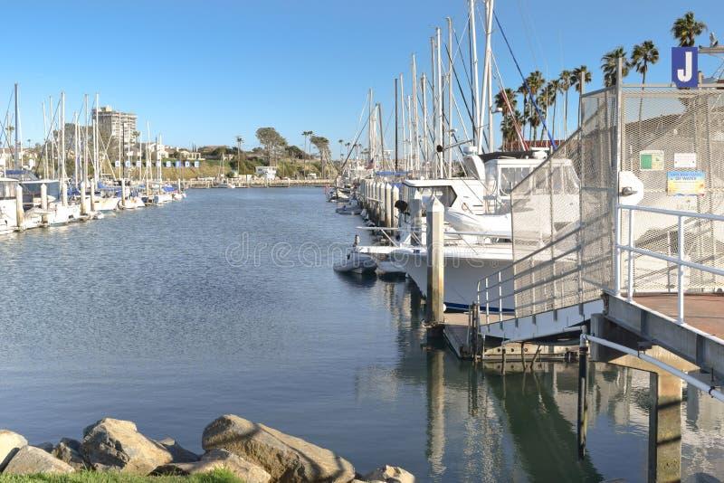Barcos de vela atracados en puerto imagen de archivo