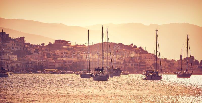 Barcos de vela de lujo en puesta del sol imagenes de archivo