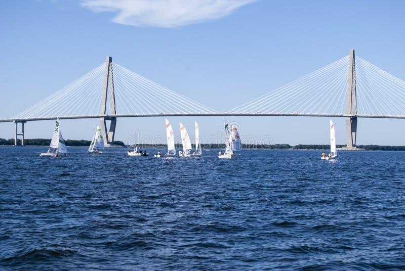 Barcos de vela debajo del puente foto de archivo