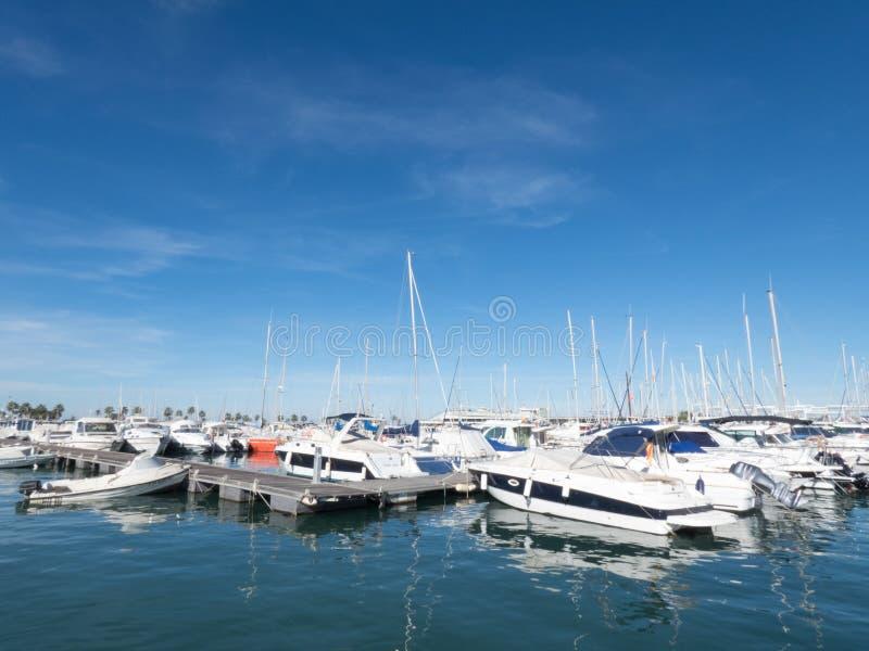 Barcos de vela em um dia sem nuvens bonito no porto fotografia de stock