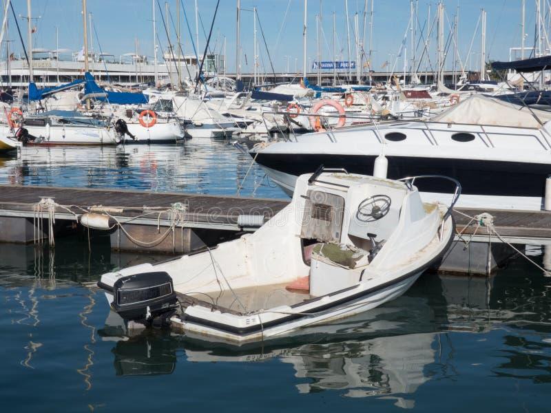Barcos de vela em um dia sem nuvens bonito no porto imagens de stock royalty free