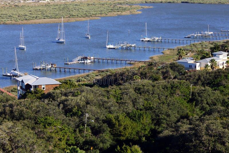 Barcos de vela en la bahía foto de archivo libre de regalías