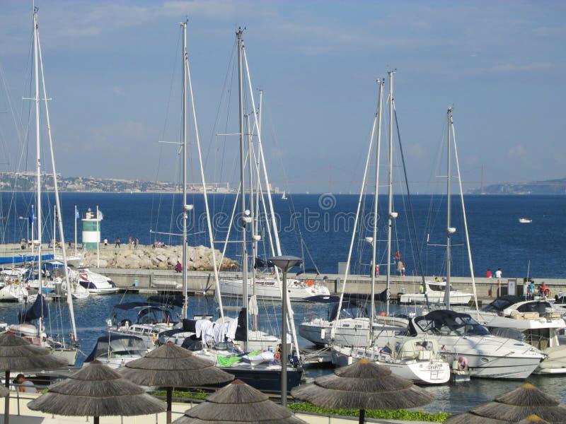 Barcos de vela en Oeiras (Portugal) imagen de archivo