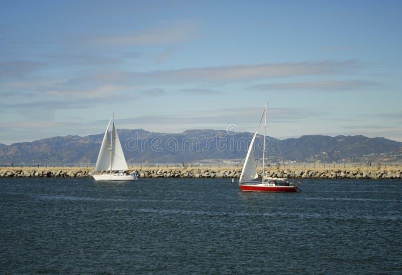 Barcos de vela fora do litoral de Los Angeles imagens de stock royalty free