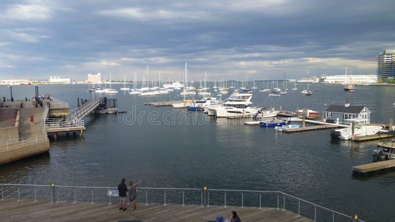 Barcos de vela no porto de Boston foto de stock