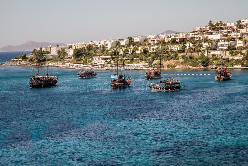 Barcos de vela turísticos cerca de la playa de Akyarlar, Bodrum imagen de archivo libre de regalías