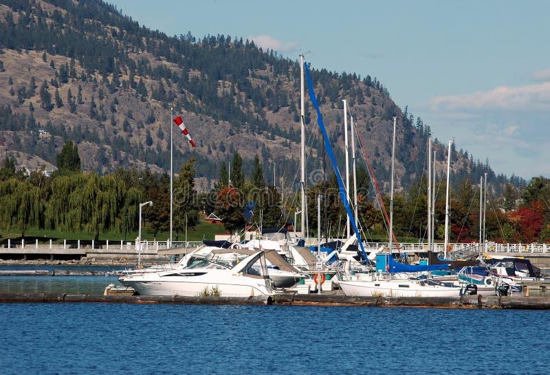 Barcos de vela y montaña fotos de archivo