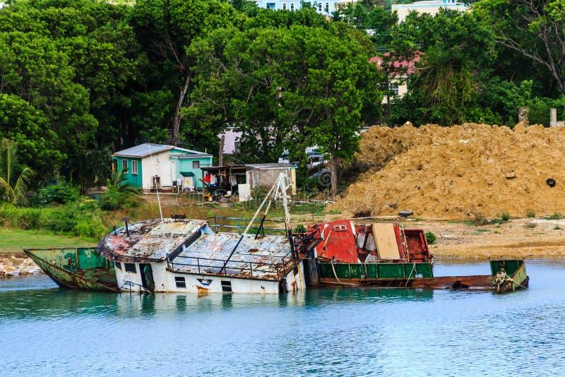 Barcos de Wreckec na costa pela barraca velha fotografia de stock