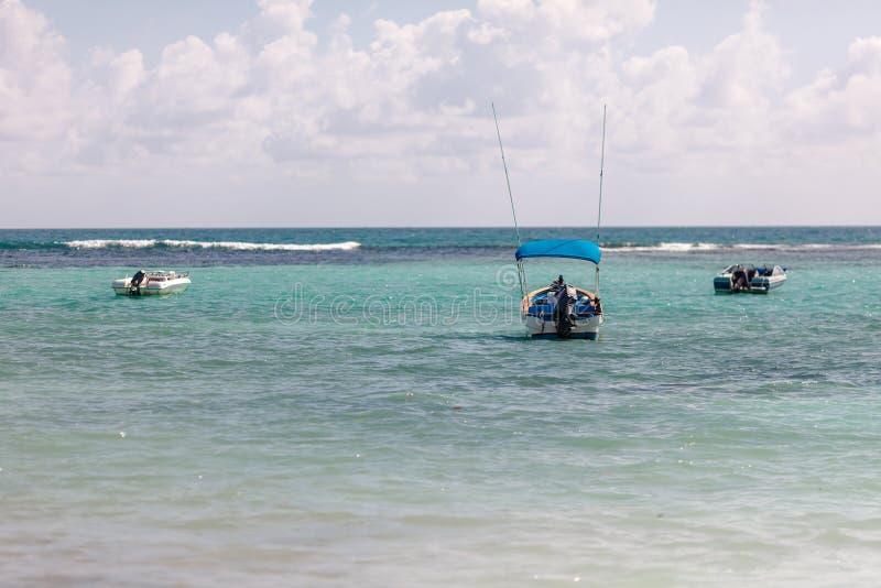 Barcos del buceo con escafandra y de pesca en la turquesa México del Caribe imágenes de archivo libres de regalías