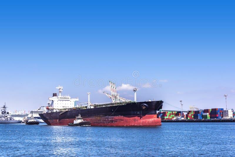 Barcos del buque y del tirón de petróleo fotos de archivo libres de regalías