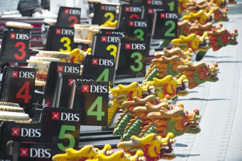 Barcos del dragón que aguardan a la raza en la regata 2013 del río de DBS fotografía de archivo libre de regalías