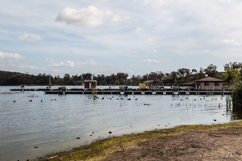 Barcos del muelle y del alquiler del barco en los lagos Otay imagenes de archivo
