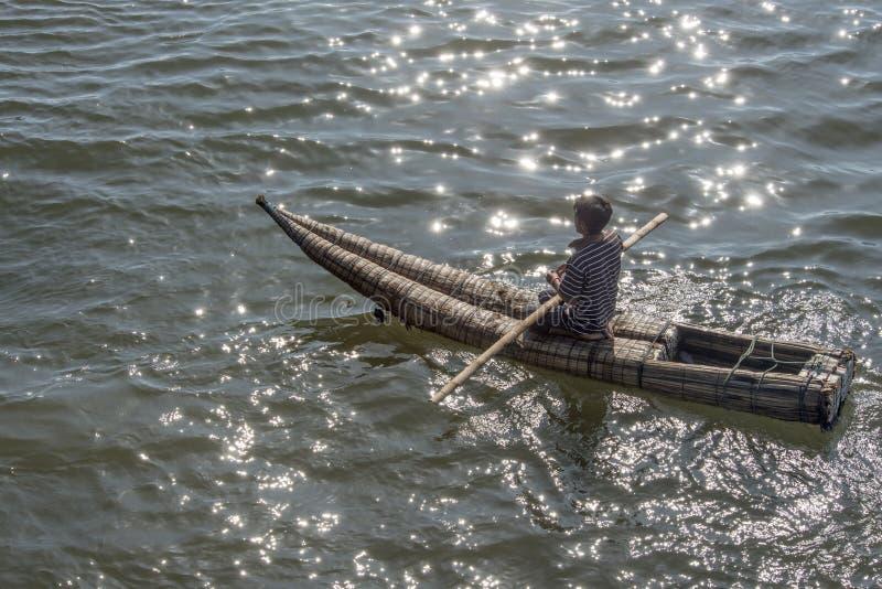Barcos del océano de la paja todavía usados por la gente local en Perú imagen de archivo