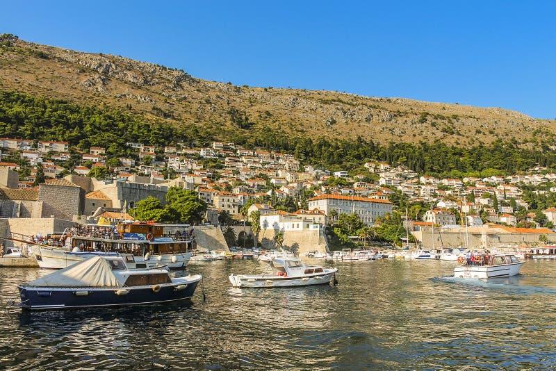 Barcos del ocio y de la travesía a lo largo de las orillas de mar en el puerto viejo imagen de archivo libre de regalías