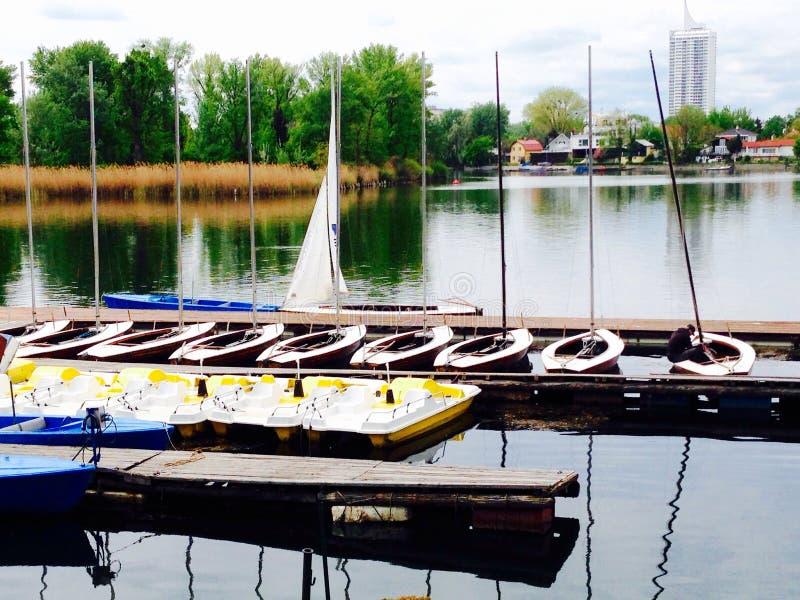 Barcos del paisaje en el agua en el río Danubio imagenes de archivo