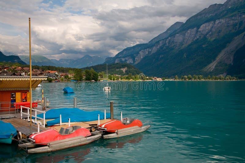 Barcos del pedal en el lago Brienz, Suiza fotografía de archivo libre de regalías
