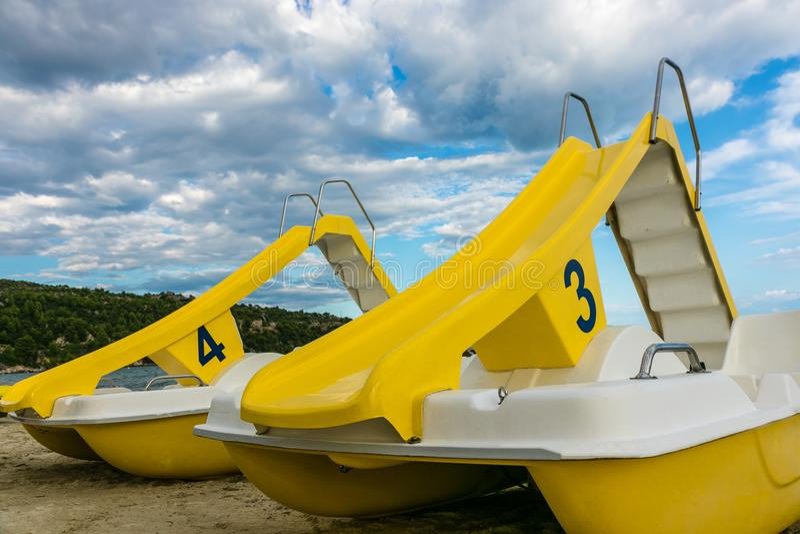 Barcos del pedal en la playa foto de archivo libre de regalías