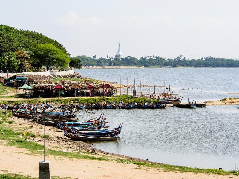 barcos del pescador en el río de Irrawaddi, Myanmar foto de archivo