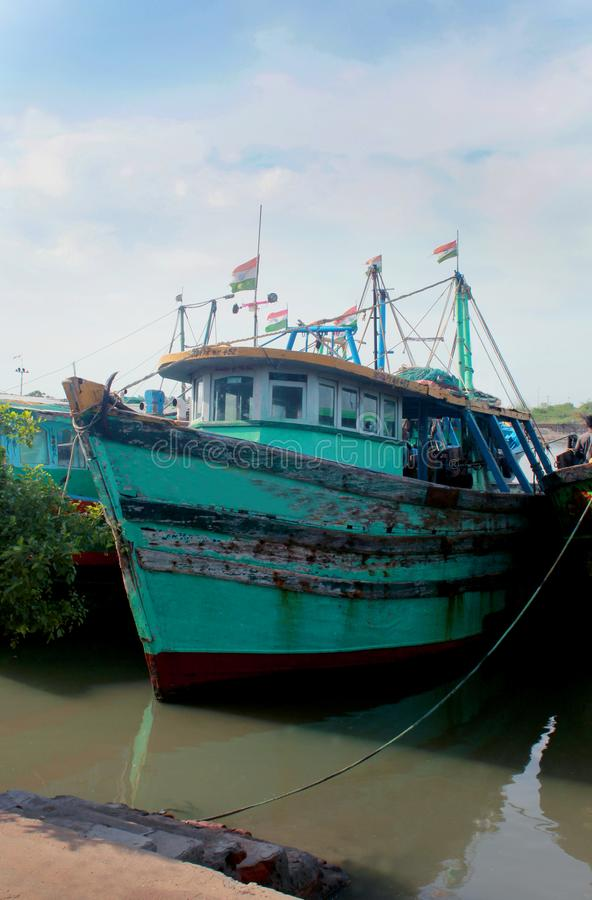 Barcos del pescador en un pequeño puerto indio fotos de archivo libres de regalías