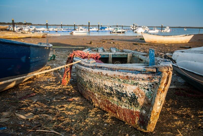 Barcos del puerto deportivo y de pesca con nuevo y viejo para los deportes y pesca imágenes de archivo libres de regalías