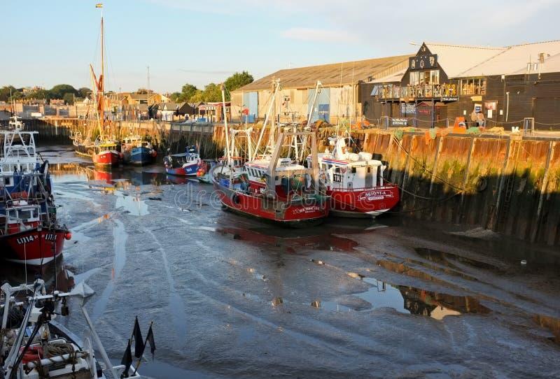 Barcos del puerto y de pesca de Whitstable, Kent, Inglaterra fotos de archivo