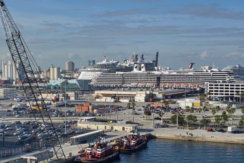 Barcos del tirón en los marismas del puerto foto de archivo libre de regalías