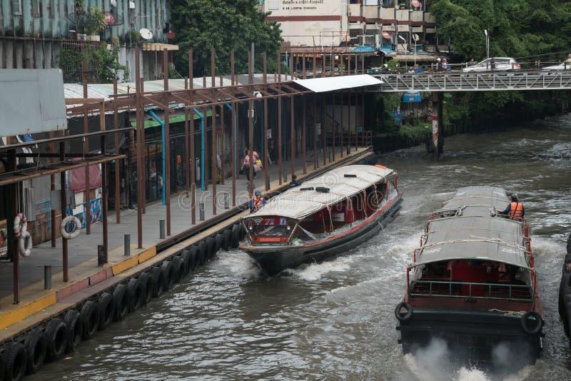 Barcos del transporte funcionados con en el canal de Saen Saep al embarcadero de Pratunam fotografía de archivo