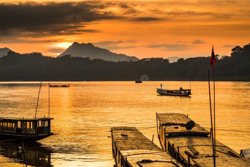 Barcos del viaje en el río Mekong fotografía de archivo