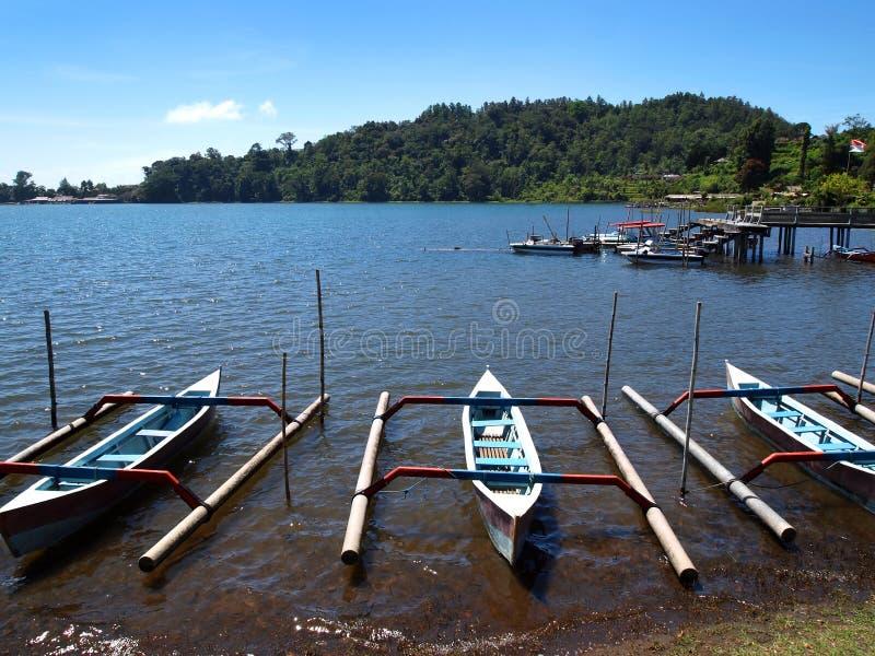 Barcos do Balinese, marco cênico de Brataan do lago fotografia de stock royalty free