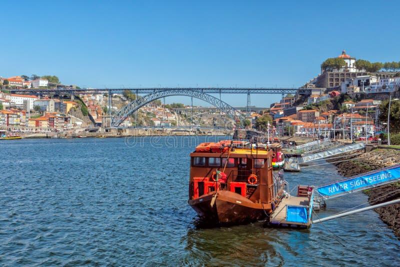 Barcos do cruzeiro do rio de Douro, Vila Nova de Gaia, Portugal fotografia de stock