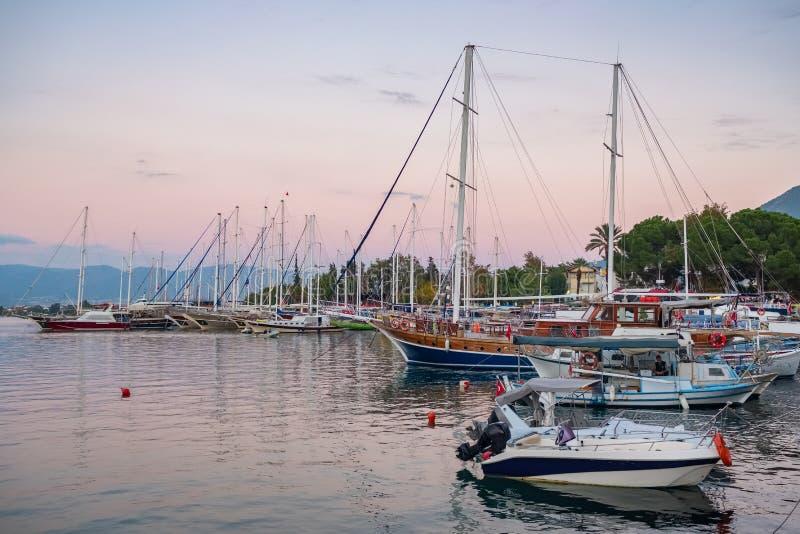 Barcos do iate no porto em Fethiye, Turquia imagens de stock royalty free