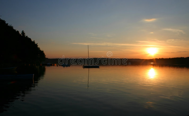 Barcos do louro no por do sol foto de stock royalty free