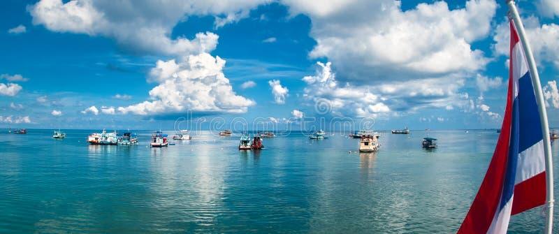 Barcos do mergulho autônomo no mar tropical com água claro foto de stock