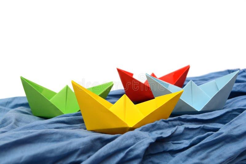 Barcos do papel colorido Origâmi amarelo, verde, vermelho, azul fotografia de stock royalty free