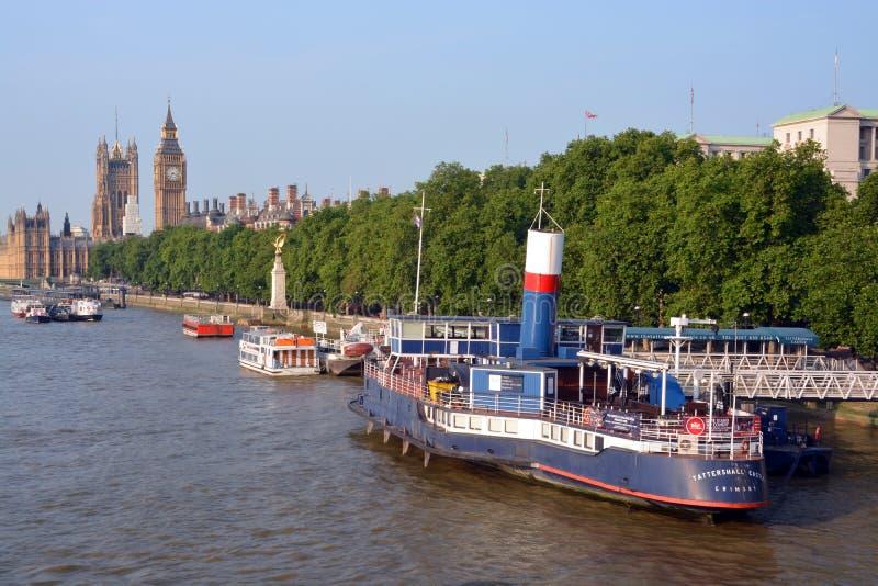Barcos do partido amarrados na terraplenagem, na Londres & no Big Ben. foto de stock