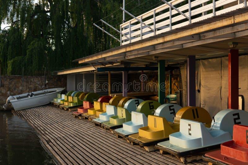 Barcos do pedal para o aluguer na borda de um lago fotos de stock