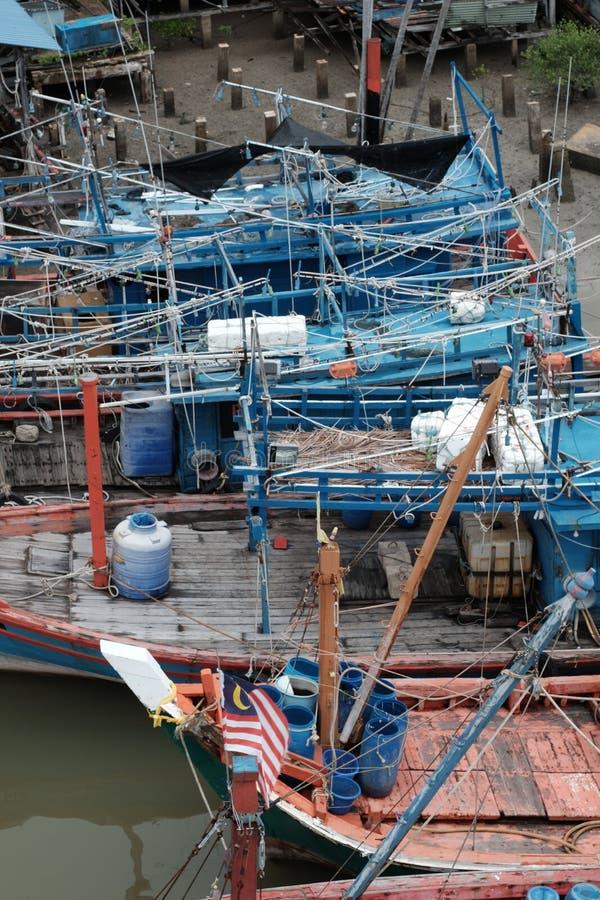 Barcos do pescador durante a maré baixa imagens de stock royalty free