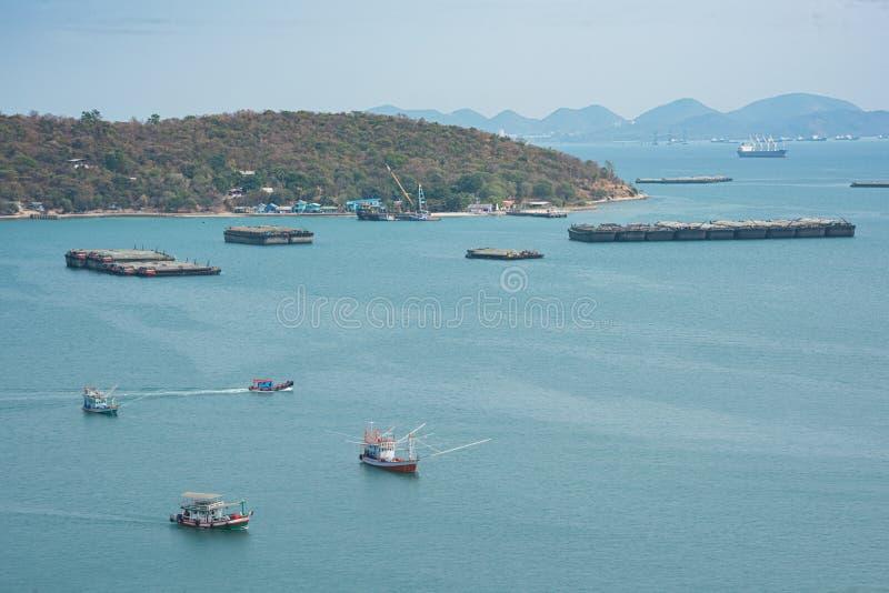 Barcos do pescador e navio da ind?stria que flutua no mar imagens de stock royalty free