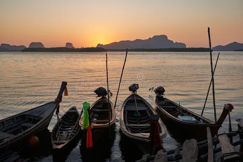 Barcos do pescador na costa de mar no fundo do nascer do sol fotografia de stock royalty free