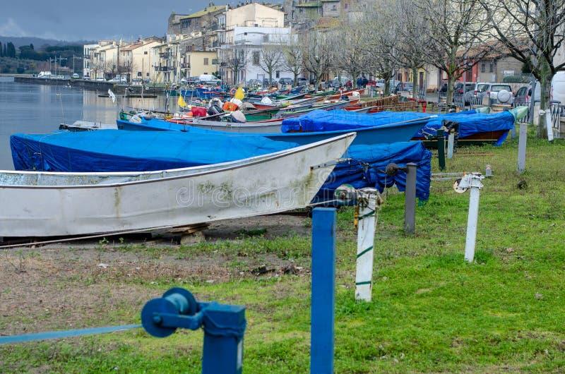 Barcos dos pescadores do lago Bolsena imagem de stock