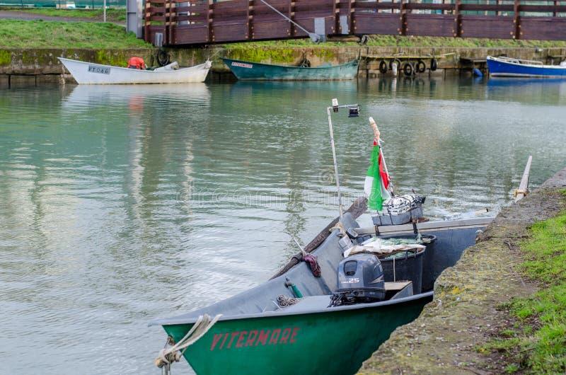 Barcos dos pescadores do lago Bolsena imagens de stock royalty free