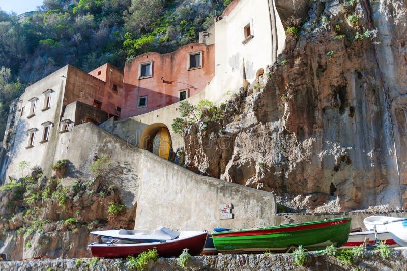 Barcos dos pescadores e casas velhas na vila do Furore, costa de Amalfi, Itália fotografia de stock