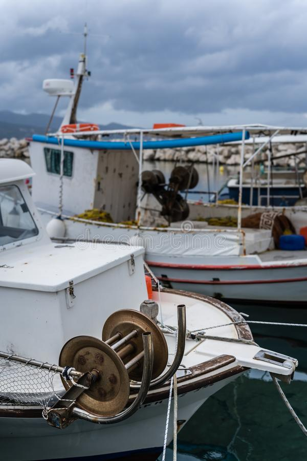 Barcos dos pescadores na baía de Alykes em Zante imagens de stock royalty free