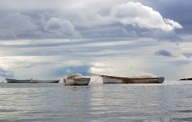 Barcos dos pescadores no fundo tormentoso imagem de stock royalty free