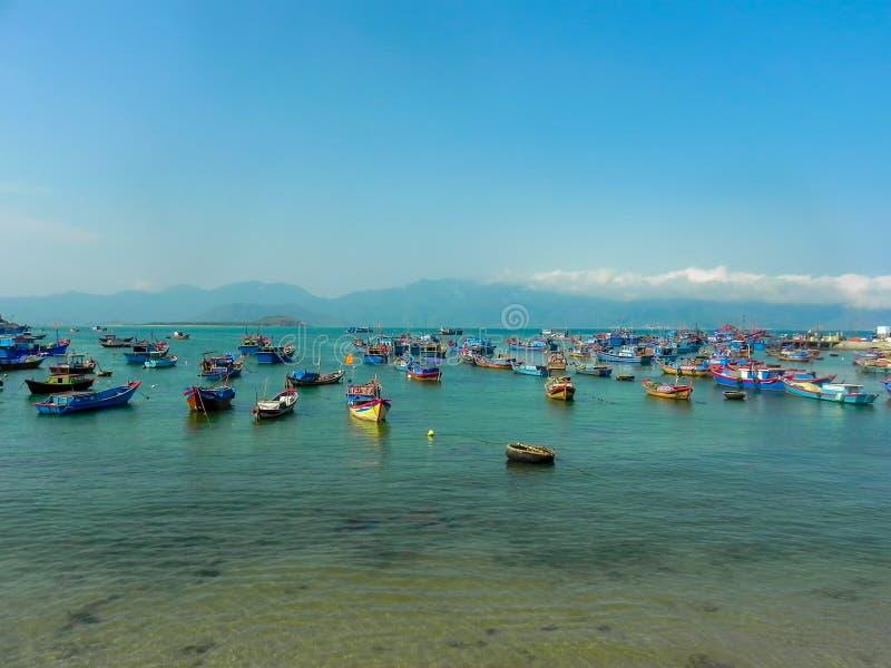 Barcos dos pescadores no mar em Vietname fotografia de stock